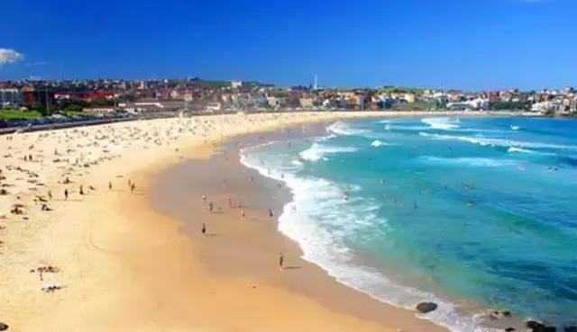 【悉尼歌剧院】(外观30分钟)是澳大利亚全国表演艺术中心。又称海中歌剧院。它矗立在新南威尔士州首府悉尼市贝尼朗岬角上,紧靠着世界著名的海港大桥的一块小半岛上,三面环海,建筑造型新颖奇特、雄伟瑰丽,外形犹如一组扬帆出海的船队,也像一枚枚屹立在海滩上的洁白大贝壳,与周围海上的景色浑然一体。 【悉尼海港大桥】(远观)早期悉尼的代表建筑,它像一道横贯海湾的长虹,巍峨俊秀,气势磅礴,与举世闻名的悉尼歌剧院隔海相望,成为悉尼的象征。 【情人港】(途经)它不仅是悉尼最缤纷的旅游和购物中心,也是悉尼市民休闲度假及庆祝节日